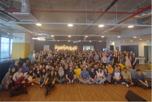Nhân sự công ty iPrice Group trong một buổi họp mặt trước dịch Covid-19. Ảnh: iPrice