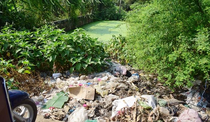 Một điểm xả rác tại chợ La Chữ, phường Hương Chữ, thị xã Hương Trà