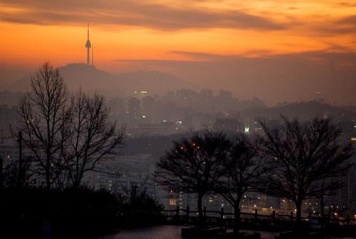 """Công viên Haneul (Seoul): Với khung cảnh thoáng đãng và dễ chịu, công viên Haneul hay """"công viên bầu trời"""" trong tiếng Hàn là một địa điểm nổi tiếng để ngắm bình minh và hoàng hôn. Leo bậc thang lên công viên Haneul vào sáng sớm trước bình minh mang đến không khí yên bình với khung cảnh nhuộm trong ánh sáng màu xanh da trời và màu đỏ rực."""