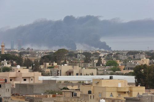 Khói bốc lên từ sân bay Mitiga ở thủ đô Tripoli ngày 9/5. (Nguồn: Anadolu)