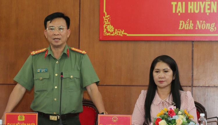 Đại tá Hồ Văn Mười - Giám đốc Công an tỉnh trả lời câu hỏi cúa các phóng viên