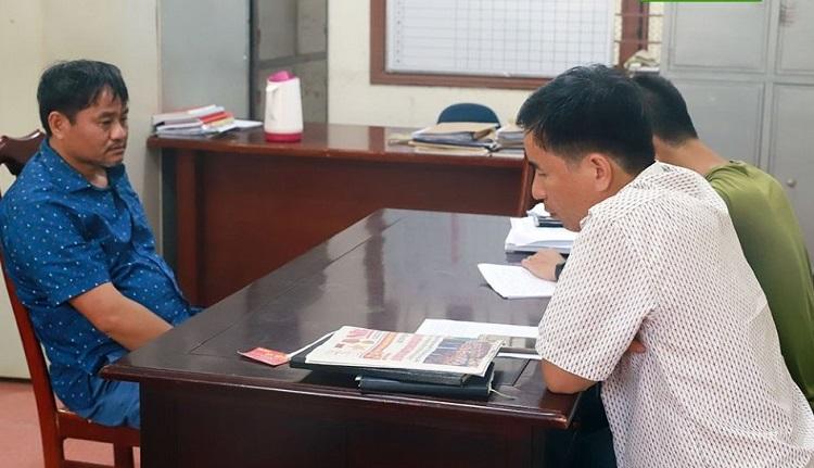 Đỗ Văn Minh (bên trái) khai nhận vụ việc với cảnh sát.