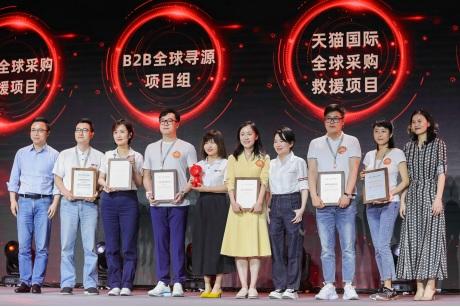 """Từ phải sang: Chủ tịch điều hành Ant Financial Eric Jing; Giám đốc nhân sự Judy Tong và Chủ tịch và Giám đốc điều hành của Tập đoàn Alibaba Daniel Zhang tham gia vào sự kiện """"Cloud Ali Day"""" đầu tiên"""
