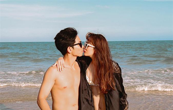 Cặp vợ chồng hôn nhau nồng nàn trước biển.