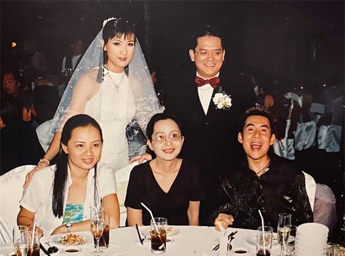 [CaptionHình 13, 14: Cũng vào năm 2003, Cô giáo Mai lên xe hoa, Đoan Trường xung phong làm MC cho tiệc cưới.