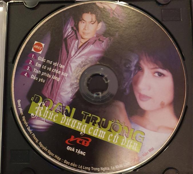 [Caption]2000- 2010: Hôn nhân, sự nghiệp và sự thành công trên con đường nghệ thuật Có thể nói giai đoạn này là thời kỳ đỉnh cao và thành công vượt trội của đôi bạn. Hiền Mai liên tiếp nhận nhiều vai diễn truyền hình và điện ảnh. Cô hoạt động khá rộng khi lấn sân sang làm MC, người mẫu chuyên nghiệp, là người đầu tiên biên tập và thực hiện phong trào Khi người đẹp hát mang đến một luồng gió mới cho làng giải trí. Đoan Trường chính thức bước vào con đường ca hát chuyên nghiệp tại Việt Nam đầu năm 2000. Anh được ưu ái phong tặng là một trong Tứ đại thiên vương 4 TRƯỜNG với 12 Album chung và riêng được phát hành cùng gia tài 70 bài hát.  Hình 12: Sau này, Hiền Mai đã trở thành người nổi tiếng nhưng vẫn đồng ý đóng minh họa miễn phí cho VCD của Đoan Trường Khúc dương cầm cô đơn. Anh trân trọng ghi tên và in hình cô bạn thân lên bìa đĩa vào năm 2003.