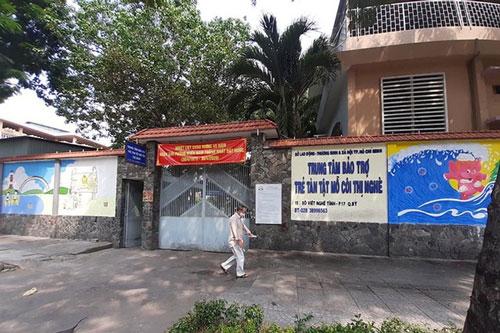 Cán bộ, nhân viên Trung tâm bảo trợ trẻ em tàn tật mồ côi Thị Nghè chia nhau tiền từ thiện 760 triệu đồng (quy đổi giá trị hàng hóa). (Ảnh: Dân trí)