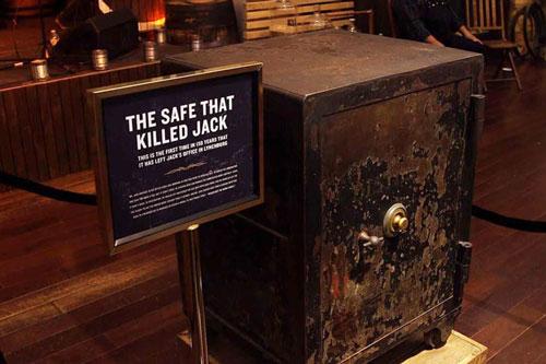 Chiếc két sắt được đưa đến trưng bày trong một cửa hàng tại New York vào năm 2016. Ảnh: Insider.