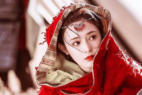 """Bành Tiểu Nhiễm được fan mệnh danh là """"Hồng y mỹ nhân"""" sau khi đóng Đông Cung."""