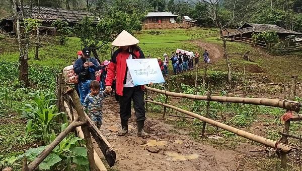 Đoàn công tác đã đi bộ vượt qua gần 10km đường rừng núi, trơn trượt để vào Ngôi trường Tương Lai.