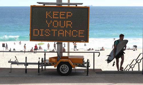 Tại bãi biển Scarborough, nơi được mệnh danh là thiên đường biển đẹp nhất của Perth, vẫn duy trì việc mở cửa đón khách trong bối cảnh dịch Covid-19. Giới chức trách cho biết người đi biển tôn trọng các quy định giãn cách và đảm bảo những biện pháp phòng, chống dịch bệnh để vượt qua khoảng thời gian khắc nghiệt này. Ảnh: Paul Kane/Getty Images.