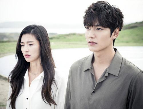 """Jeon Ji Hyun: Năm 2016, Lee Min Ho nên duyên cùng """"mợ chảnh"""" Jeon Ji Hyun trong Legend of the Blue Sea (Huyền thoại biển xanh). Anh sắm vai kẻ lừa đảo chuyên nghiệp Heo Yoon Jae, tình cờ gặp gỡ nàng tiên cá Shim Cheong và viết nên một câu chuyện tình lãng mạn. Lần hợp tác này của hai diễn viên từng gây nên một cơn sốt trên các diễn đàn phim ảnh và mạng xã hội, bởi họ đều sở hữu nhan sắc xuất chúng cùng danh tiếng vươn ra châu Á suốt nhiều năm."""