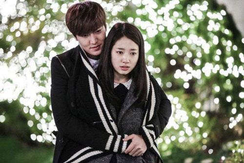 Park Shin Hye: Trong The Heirs (2013), Lee Min Ho hóa thân thành công tử nhà giàu Kim Tan, đem lòng yêu cô nữ sinh nhà nghèo Cha Eun Sang (Park Shin Hye). Tình yêu của họ bị ngăn cách bởi sự chênh lệch gia cảnh. Song, Kim Tan quyết tâm phá tan mọi rào cản để theo đuổi người thương. Trên thực tế, kịch bản The Heirs không có gì mới mẻ. Nhờ nhan sắc cùng sự ăn ý của đôi diễn viên chính và dàn nhân vật phụ, tác phẩm mới được đông đảo khán giả đón nhận. Bộ đôi Lee Min Ho và Park Shin Hye đoạt nhiều giải thưởng lớn, trong đó có một chiến thắng ở hạng mục Cặp tình nhân đẹp nhất tại giải thưởng truyền hình SBS.