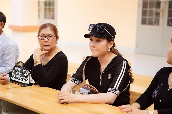 Khi nghe ban giám hiệu của các trường chia sẻ về những hoàn cảnh khó khăn, Lily Chen rơi nước mắt. Cô nhớ lại tuổi thơ khốn khó vì mồ côi cha mẹ, sống cùng bà ngoại và sống nhờ trợ cấp xã hội. Quá khứ ấy khiến cô luôn cố gắng trong cuộc sống và mong muốn giúp đỡ những người kém may mắn.