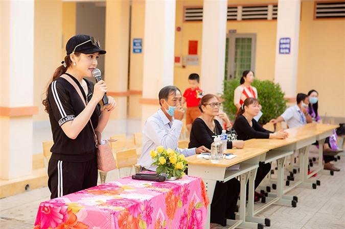 Lily Chen chia sẻ, trở về trường cũ làm thiện nguyện là ước mơ từ lâu của cô. Nữ diễn viên Thất sơn tâm linh cảm thấy rất hạnh phúc vì góp phần nhỏ trong hoạt động khuyến học ở những mái trường mình từng theo học.