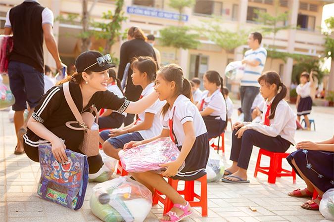 Người đẹp cho biết, thời gian học cấp hai là những năm tháng khủng hoảng nhất trong cuộc đời cô. Mẹ bệnh nặng và qua đời, cô ở với bà và nhiều lúc phải thiếu ăn, thiếu mặc. Đã có lúc Lily Chen muốn bỏ học để đi làm phụ bà ngoại kiếm sống nhưng nhờ thầy cô hết lòng động viên và giúp đỡ, cô đã hoàn thành hết lớp 9. Vì gia cảnh khó khăn, Lily Chen tạm nghỉ học một năm, đi làm công nhân một năm để kiếm tiền cho việc học cấp ba. Những trải nghiệm đó khiến cô có thêm động lực giúp đỡ các em học sinh nghèo tiếp tục đi học.