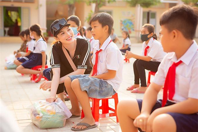 Lily Chen tên thật là Trần Thái Ngọc. Cô từng làm mẫu, góp mặt trong một số cuộc thi nhan sắc và đạt thành tích top 15 Hoa hậu Siêu quốc gia Việt Nam 2018, á quân cuộc thi Tình Bolero 2019. Cô cũng từng tham gia phim Thất sơn tâm linh.