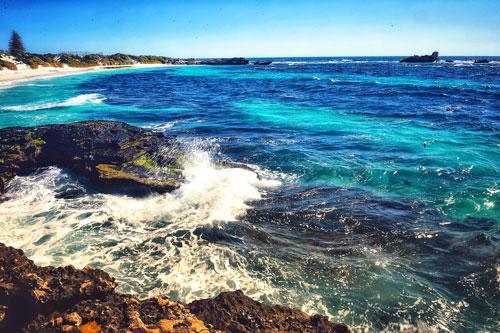 Perth, thủ phủ thuộc bang Western (Australia), vốn là miền đất chinh phục dân đam mê du lịch thứ thiệt. Nơi đây thu hút du khách bởi những mảng màu xanh hiền hòa của trời và biển cùng khung cảnh yên bình bất tận. Tháng 4 năm nay, thành phố Perth trải qua những ngày nắng nóng nhất lịch sử khi nhiệt độ đạt đến 39,5 độ C. Ảnh: Hoàng Hà.
