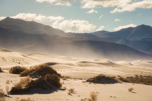 Thung lũng Chết, California (Mỹ), là một trong những nơi khô và nóng nhất hành tinh. Mùa hè năm 1913, địa điểm này được ghi nhận đạt nhiệt độ không khí cao kỷ lục với 56,7 độ C. Ngày 28-29/4 vừa qua, nhiệt độ tại đây cũng đạt mức xấp xỉ 45 độ C. Ảnh: Ben Beddoes/WHSV.