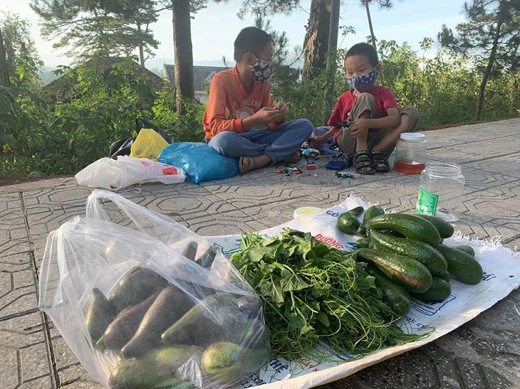 Ngoài giờ học, những đứa trẻ này còn mang rau ra một góc vệ đường Trầ Hưng Đạo - TP. Đà Lạt để bán giúp cha mẹ.