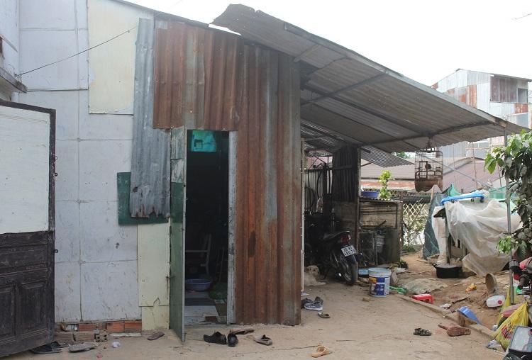 Căn nhà xập xệ được ghép tạm bằng những tấm tôn cũ của gia đình 3 đứa trẻ bán rau bên vệ đường.