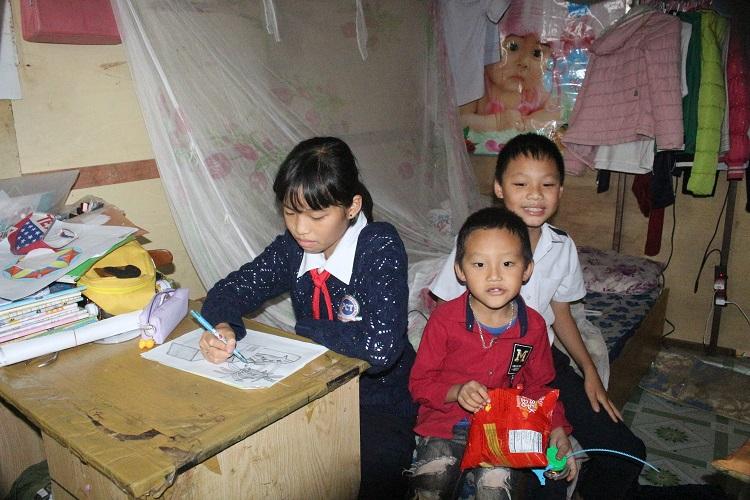 3 đứa trẻ đang tuổi ăn tuổi học, tuổi chơi nhưng đã biết phụ giúp cha mẹ.