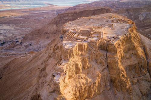 Công trình cũng được UNESCO công nhận là di sản thế giới. Du khách có thể đi bộ lên pháo đài cổ hoặc di chuyển bằng cáp treo.Pháo đài cổ nằm ở giữa sa mạc Judaean với tầm nhìn tuyệt đẹp ra xung quanh. Được xây dựng bởi nhà vua Herod vào năm 30 trước công nguyên, Masada là một trong những di tích khảo cổ học quan trọng nhất ở Israel.