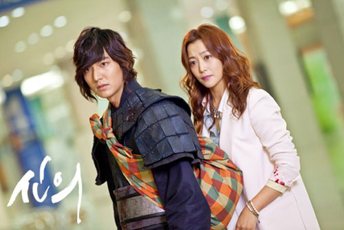 """Kim Hee Sun: Lee Min Ho rất có duyên hợp tác cùng các """"tường thành nhan sắc"""" của showbiz Hàn. Trong Faith (2012), anh trở thành người tình màn ảnh của """"đệ nhất mỹ nhân"""" Kim Hee Sun. Lee Min Ho sắm vai chàng võ sĩ thời xưa, bất ngờ xuyên không đến thời hiện đại rồi gặp gỡ nữ bác sĩ phẫu thuật thẩm mỹ Eun Soo. Hàng loạt tình huống dở khóc dở cười xảy ra khiến số phận hai nhân vật buộc chặt vào nhau. Lee Min Ho và đàn chị kém 10 tuổi có nhiều cảnh tình cảm trong phim. Tuy nhiên, một số người hâm mộ nhận xét hai ngôi sao trông không đẹp đôi, vì Kim Hee Sun trông già dặn hơn bạn diễn."""