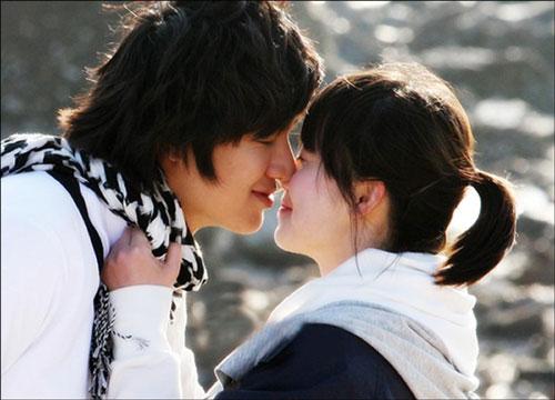 Goo Hye Sun: Năm 2009, Lee Min Ho từ diễn viên mờ nhạt vụt sáng thành sao lớn nhờ vai công tử nhà tài phiệt Gu Jun Pyo ở Boys Over Flowers (Vườn sao băng). Bạn diễn của anh khi ấy là Goo Hye Sun, trong vai cô gái nhà nghèo Geum Jan Di. Tình yêu của họ vấp phải sự ngăn cấm của gia đình Gu Jun Pyo, đẩy đôi trẻ rơi vào bi kịch. Hai nhân vật cố gắng xóa mờ khoảng cách địa vị, thân phận để đến bên nhau. Dù Goo Hye Sun hơn Lee Min Ho 3 tuổi, nhưng khi đứng cạnh nhau, hai người vẫn được khen đẹp đôi.
