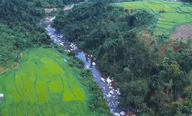 Thác Bảy tầng bắt nguồn từ nước bạn Lào chảy vào vùng lõi Khu bảo tồn thiên nhiên Pù Hoạt, huyện Quế Phong (Nghệ An) với chiều dài hàng chục km.