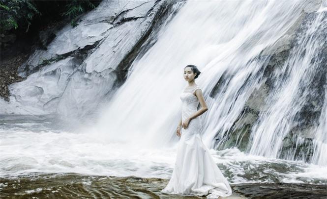 Quần thể thác Bảy tầng có 7 thác lớn, hàng ngàn thác nhỏ. Lúc nhẹ nhàng chảy, dòng nước mượt mà mềm mại, e ấp mà như thiếu nữ Thái bên bậc thang nhà sàn, lúc ào ào, mãnh liệt như tôn nghiêm của một vị thần linh bảo vệ đại ngàn sinh thái.