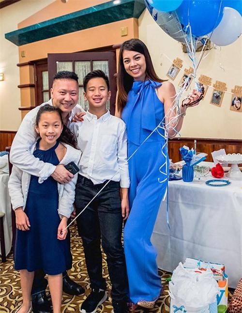 Hai con riêng của chồng Mai Hồng Nhung cũng tham dự sinh nhật em trai cùng cha khác mẹ. Nữ người mẫu chia sẻ hai con của chồng rất yêu bố và gần gũi, quý mến cô. Hai bé không ở cùng chúng tôi nhưng qua chơi thường xuyên. Chúng khá thân thiết với tôi và sớm hiểu chuyện, biết chia sẻ, cảm thông với người lớn. Tôi thấy thật may mắn vì mối quan hệ giữa các thành viên trong gia đình hoà thuận, tốt đẹp, Mai Hồng Nhung nói.