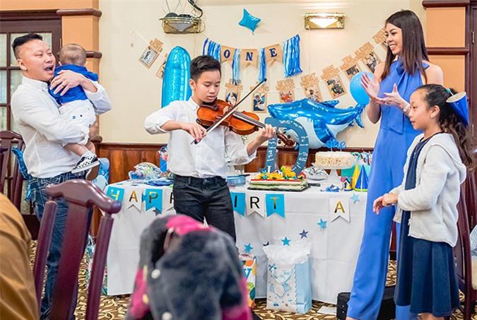 Con trai riêng của chồng biểu diễn đàn violon trong ngày sinh nhật em út, hôm 1/3.