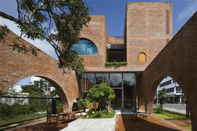 Ngôi nhà gạch thô đẹp lạ lấy cảm hứng từ chiếc đồng hồ Cuckoo - ảnh 4