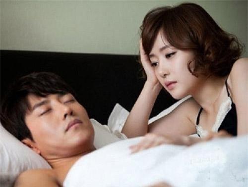Nếu như trước đây, nhiều hôm cô mệt anh vẫn ra sức nịnh vợ để tập thể dục một lúc thì giờ đây, lắm khi anh còn đi ngủ trước cả cô. Ảnh minh hoạ