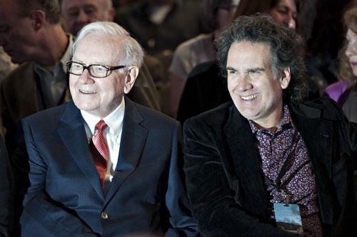 Hai cha con tỷ phú Warren Buffett. Ành: Reuters.