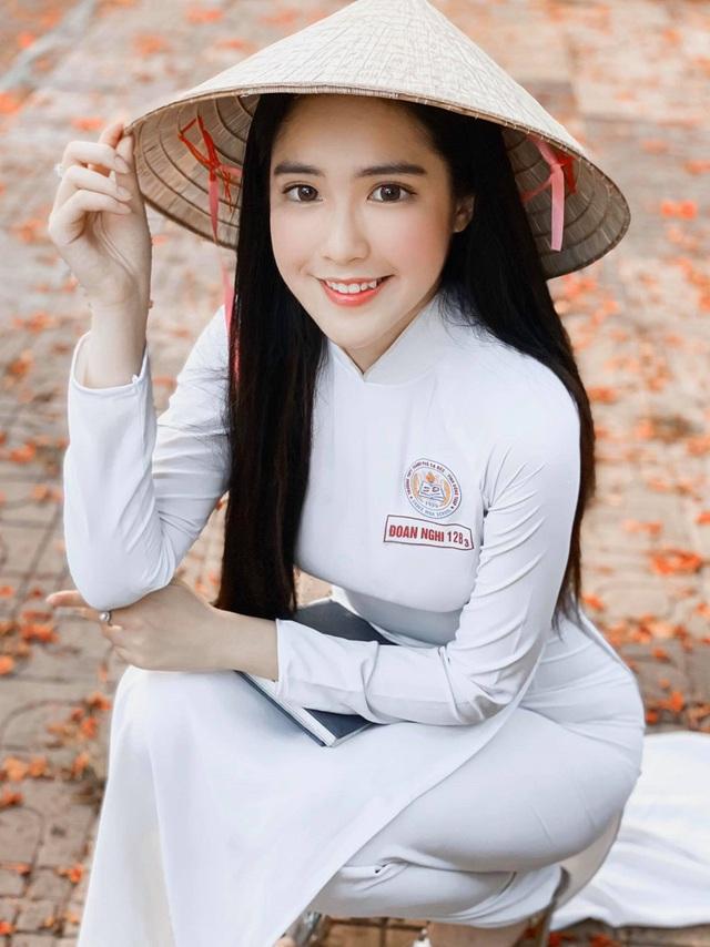 Đinh Triệu Đoan Nghi hiện đang là học sinh lớp 12 tại Sa Đéc (Đồng Tháp). Cô bạn được cộng đồng mạng quan tâm đặc biệt bởi nhan sắc xinh đẹp, thân hình quyến rũ.