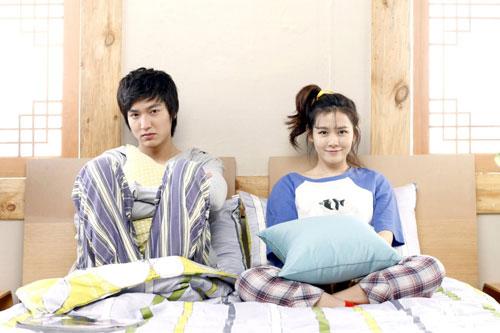 """Son Ye Jin: Personal Taste là tác phẩm truyền hình đánh dấu màn kết hợp giữa Lee Min Ho và """"tình đầu quốc dân"""" Son Ye Jin. Cặp chị em này khắc họa chuyện tình vừa lãng mạn, vừa hài hước giữa chàng kiến trúc sư Jeon Jin Ho và nàng chủ nhà Park Gae In. Jin Ho gặp Gae In khi anh thuê trọ tại nhà cô. Trong quá trình chung sống, từ những cuộc cãi vã và hiểu lầm, hai nhân vật dần hiểu nhau rồi quyết định thành đôi. Lee Min Ho và Son Ye Jin tung hứng nhịp nhàng, đem đến nhiều khoảnh khắc dễ gây cười cho khán giả."""