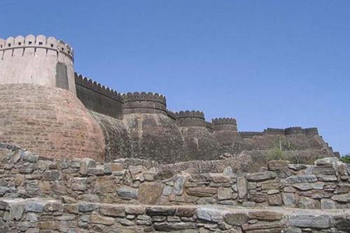 Trường thành khổng lồ và có kiến trúc đẹp ở Ấn Độ.