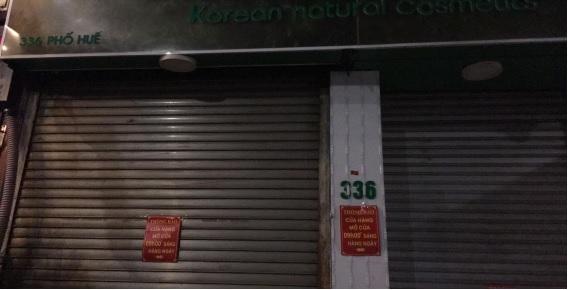 Thông báo được dán trên cửa một cửa hàng trên phố Huế.