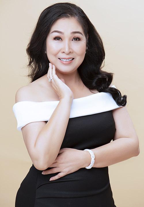NSND Hồng Vân sinh ngày 26/5/1966. Chị đã có hơn 30 năm hoạt động nghệ thuật, từng đóng nhiều vở kịch, phim truyền hình, điện ảnh nổi tiếng.
