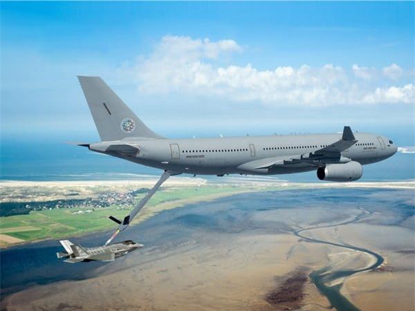 Airbus vượt mặt Boeing, là hãng hàng không đầu tiên trên thế giới có thể bơm xăng tự động khi đang bay - Ảnh 2.