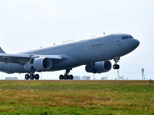 Airbus vượt mặt Boeing, là hãng hàng không đầu tiên trên thế giới có thể bơm xăng tự động khi đang bay - Ảnh 4.