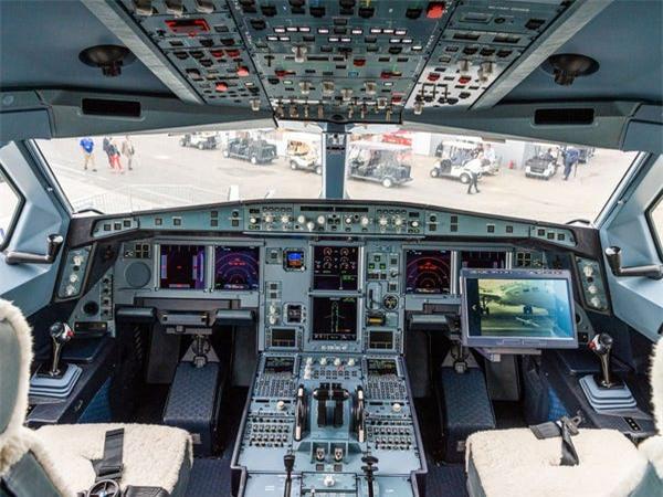 Airbus vượt mặt Boeing, là hãng hàng không đầu tiên trên thế giới có thể bơm xăng tự động khi đang bay - Ảnh 6.