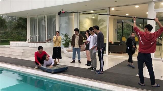 Nhà trọ Balanha: Sự thật cảnh quay Nhiên nằm trong vali, rơi xuống bể bơi - Ảnh 3.