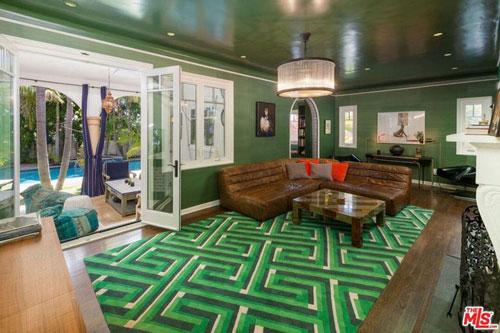 Một trong những khu vực nổi bật nhất trong căn biệt thự này chính là phòng gia đình được kết nối trực tiếp với thư viện, mang tông màu xanh lá.