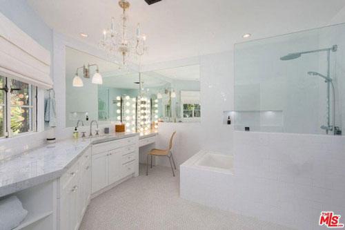 Phòng tắm chính rộng rãi, trang nhã, được trang bị đầy đủ các tiện ích cao cấp. Gam màu trắng chủ đạo tạo nên cảm giác dịu nhẹ.