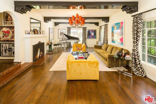 Phòng khách rộng rãi, hào nhoáng, và được bài trí bởi nhiều nội thất sặc sỡ. Sàn nhà bằng gỗ sồi cùng với chiếc piano cỡ lớn càng tăng thêm sự sang trọng cho khu vực này.