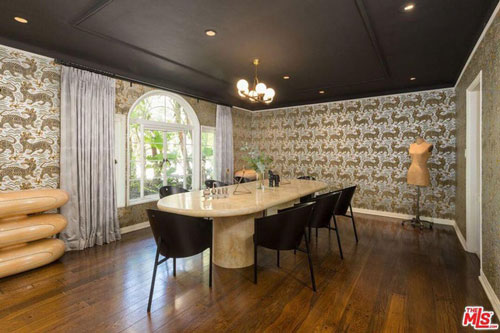Phòng ăn được bài trí tinh tế với những họa tiết cầu kỳ, hoa văn tinh xảo.