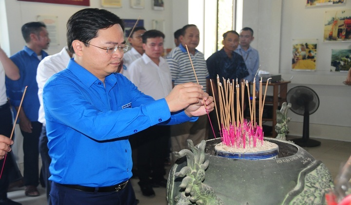 Bí thư Thường trực Trung ương Đoàn, Chủ tịch Hội Liên hiệp Thanh niên Việt Nam Nguyễn Anh Tuấn dâng hương tại Nhà lưu niệm Chủ tịch Hồ Chí Minh